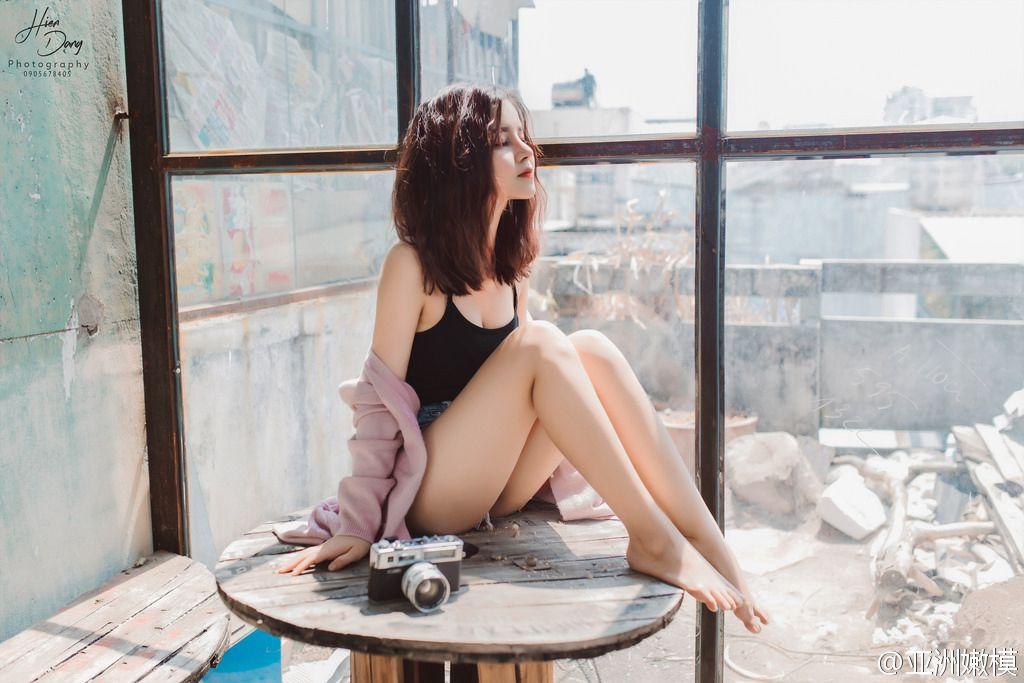 美胸微露中短发美女