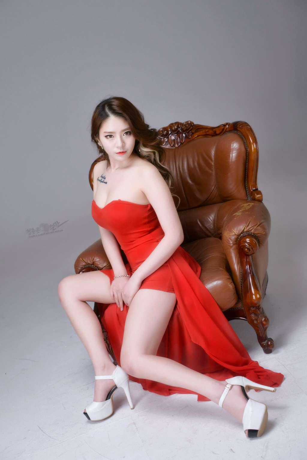 皮肤白嫩体态丰满美女少妇