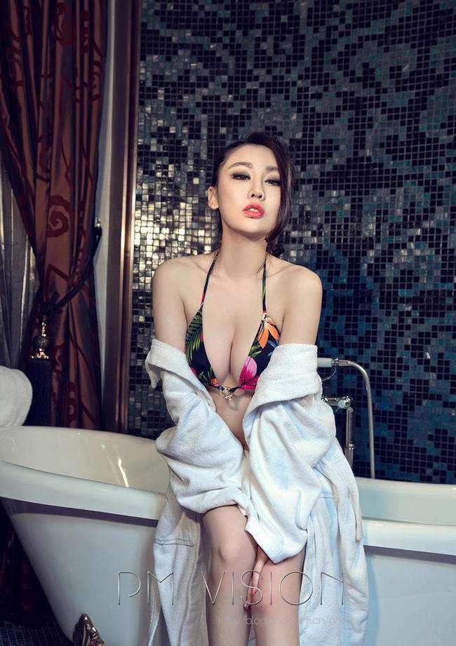性感纹身美女大尺度湿身写真