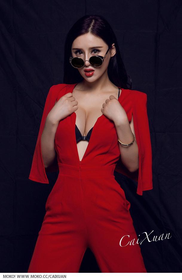 大胸气质美女一袭红装时尚写真